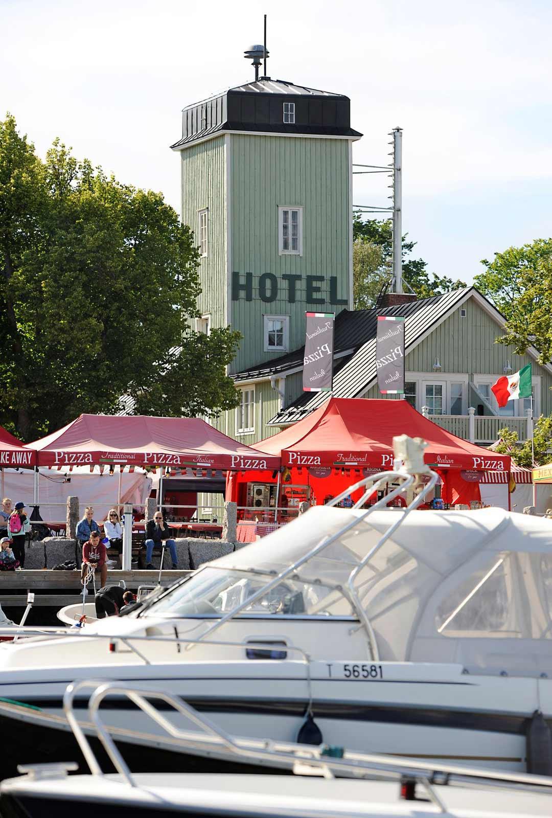 Kristiinankaupunki on mainio kesäkohde veneilijällekin. Viiden metrin väylä johtaa kaupungin satamaan saakka.