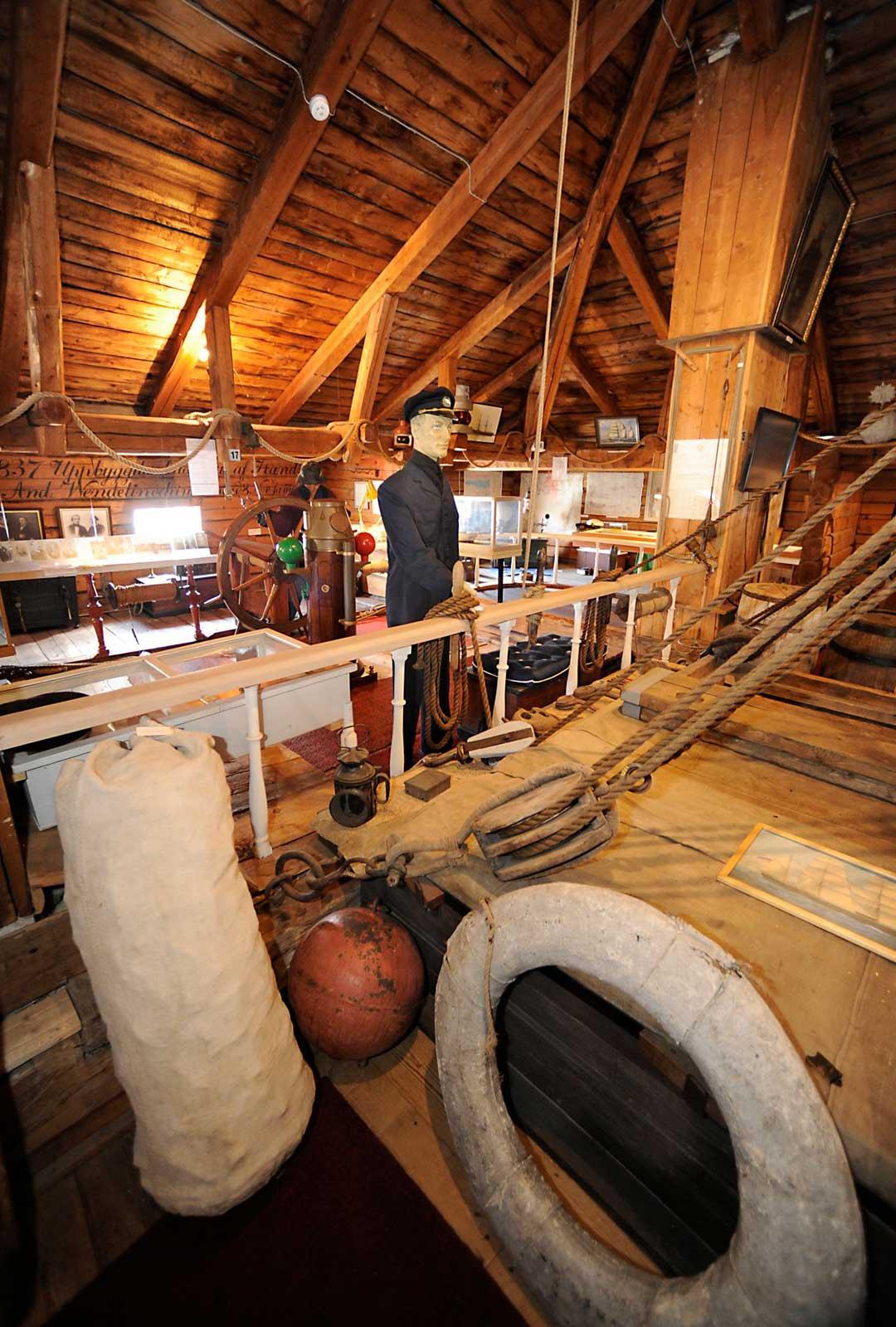 Kauppatorin laidalla sijaitseva Merimuseo on entisen Wendelinin varustamon purjeneulomon tiloissa.Entisaikojen purjehdusmatkat yllättävät, koetut haaksirikot herkistävät.