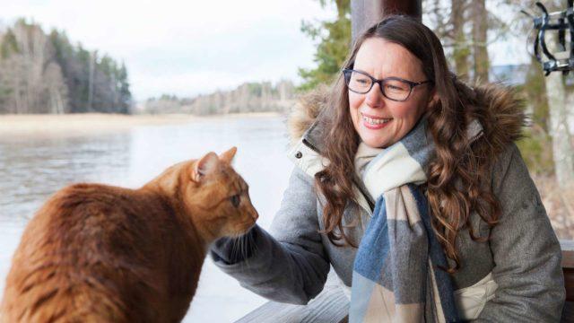 Vapaa-ajan kodista ja sen pihasta aukeavasta järvinäkymästä on tullut Päiville tärkeä sielunmaisema ja palautumisen paikka. Vierellä Osku-kissa.