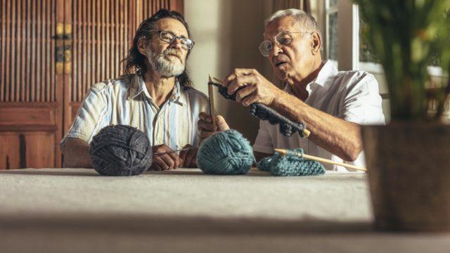 Käsillä tekeminen ja hyvä seura rentouttavat. Siksi Arjen iloksi -ylätyspaketeissa on muun muassa sukkalankaa ja mukavia seurapelejä.