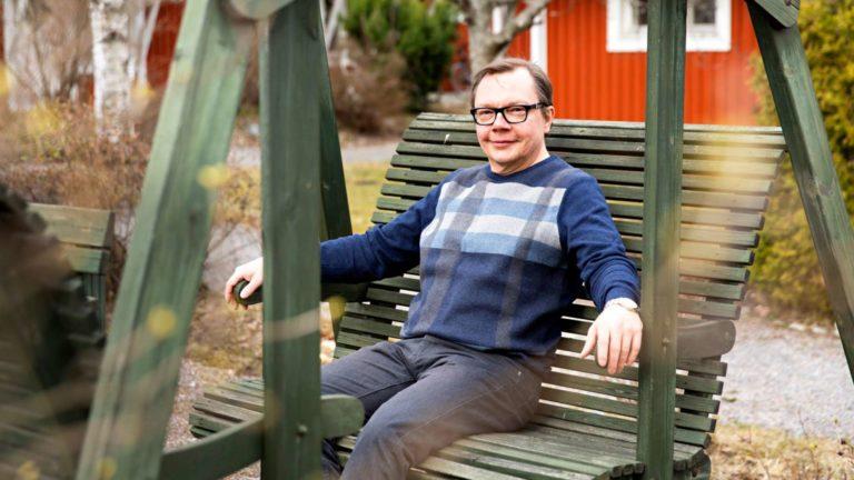 Jari Pirhonen muutti alle 50-vuotiaana asunto-osakeyhtiöön, jossa asukkaiden keski-ikä on yli 70,  ja yhteisöllisyyden astetta ja palveluiden tarvetta voidaan asteittain lisätä.