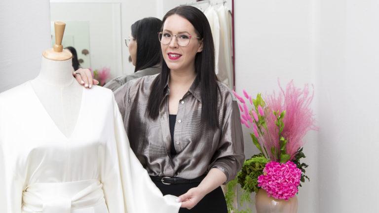 Muotisuunnittelija Anne-Mari Pahkalan mukaan kuluttajia olisi syytä kannustaa ostamaan tuotteita suomalaisilta yrityksiltä, pieniltä kivijalkaliikkeiltä, elämysten ja palvelujen tarjoajilta ja suunnittelijoilta.