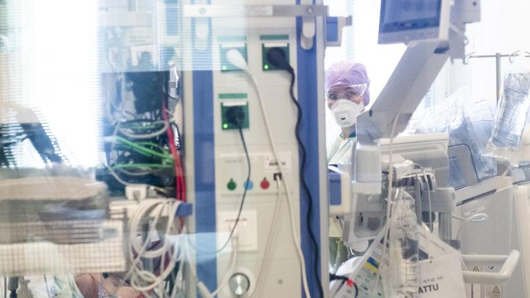 Koronaviruspotilaiden tehohoitojaksot saattavat olla viikkojen mittaisia. HUS on keskittänyt koronaviruspotilaiden hoitoa Kirurgiseen sairaalaan.