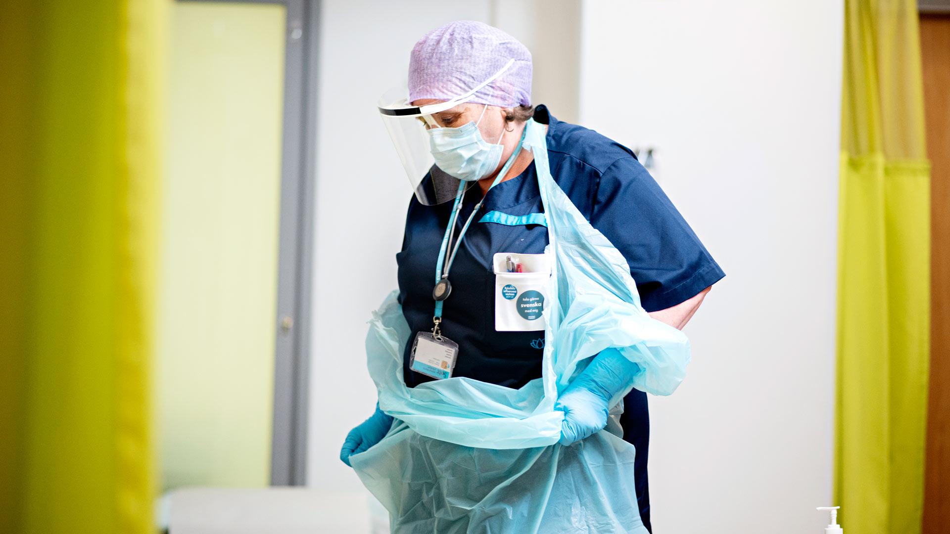 Suojavarusteiden pukemis- ja riisumisrumba vie paljon aikaa. Myssyt, käsidesit ja hanskat ovat kovassa käytössä epidemian aikana.