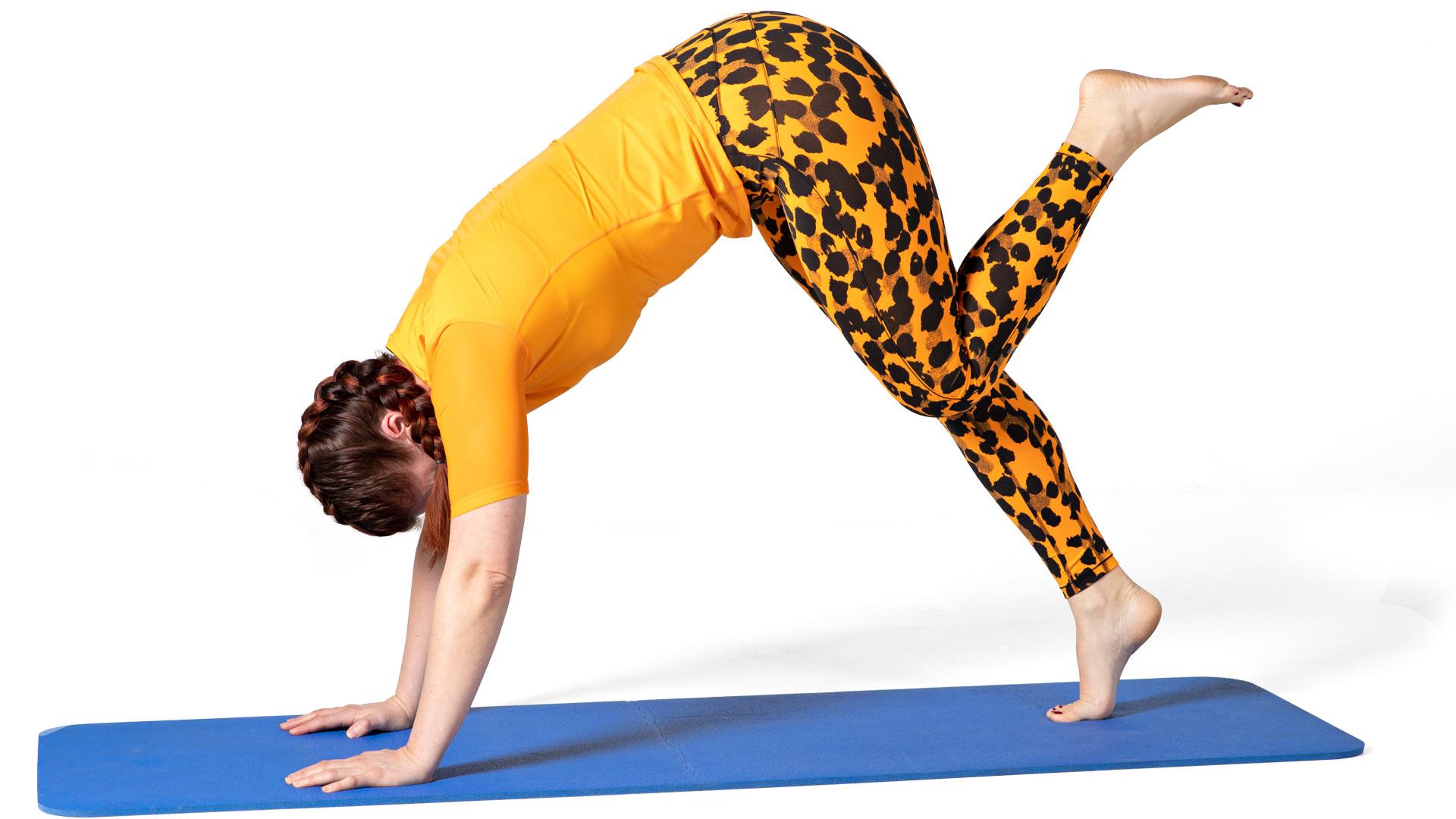 Nosta toinen jalka koukkuun ja laske jarrutellen yhdellä jalalla kantapää maahan.