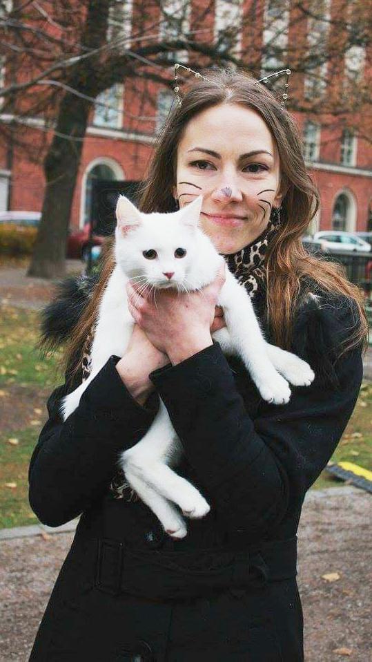 Kissakahviloiden toimitusjohtaja Tiina Aaltonen omistaa itse 10 kissaa. Sylissä on Piu Pau-niminen kissa.