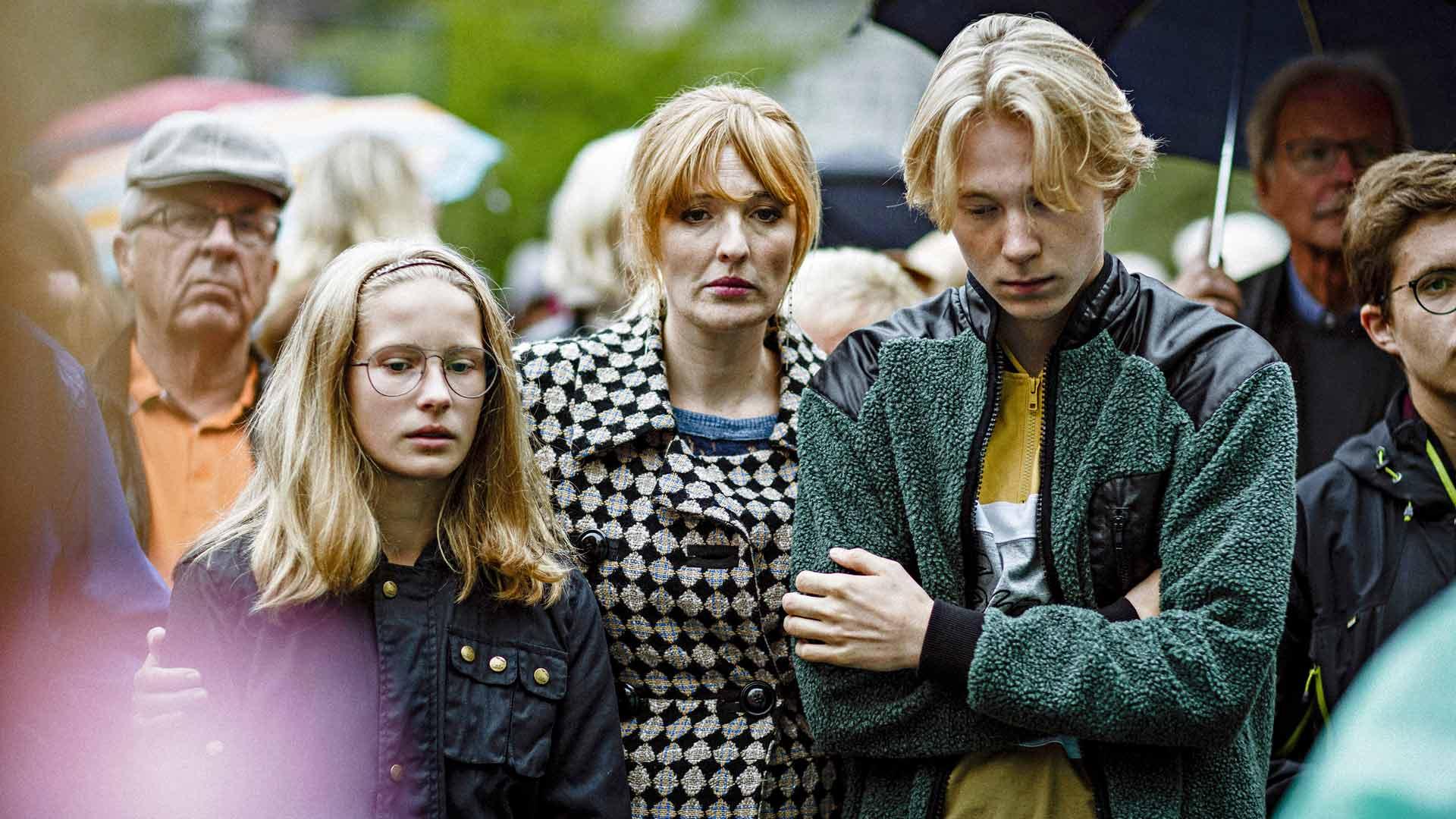Kuvassa Kamilla (Julie Agnete Vang), Rose (Kaya Toft Loholt) ja Albert (Elias Buddee Christensen) sarjassa Kun tomu laskeutuu.