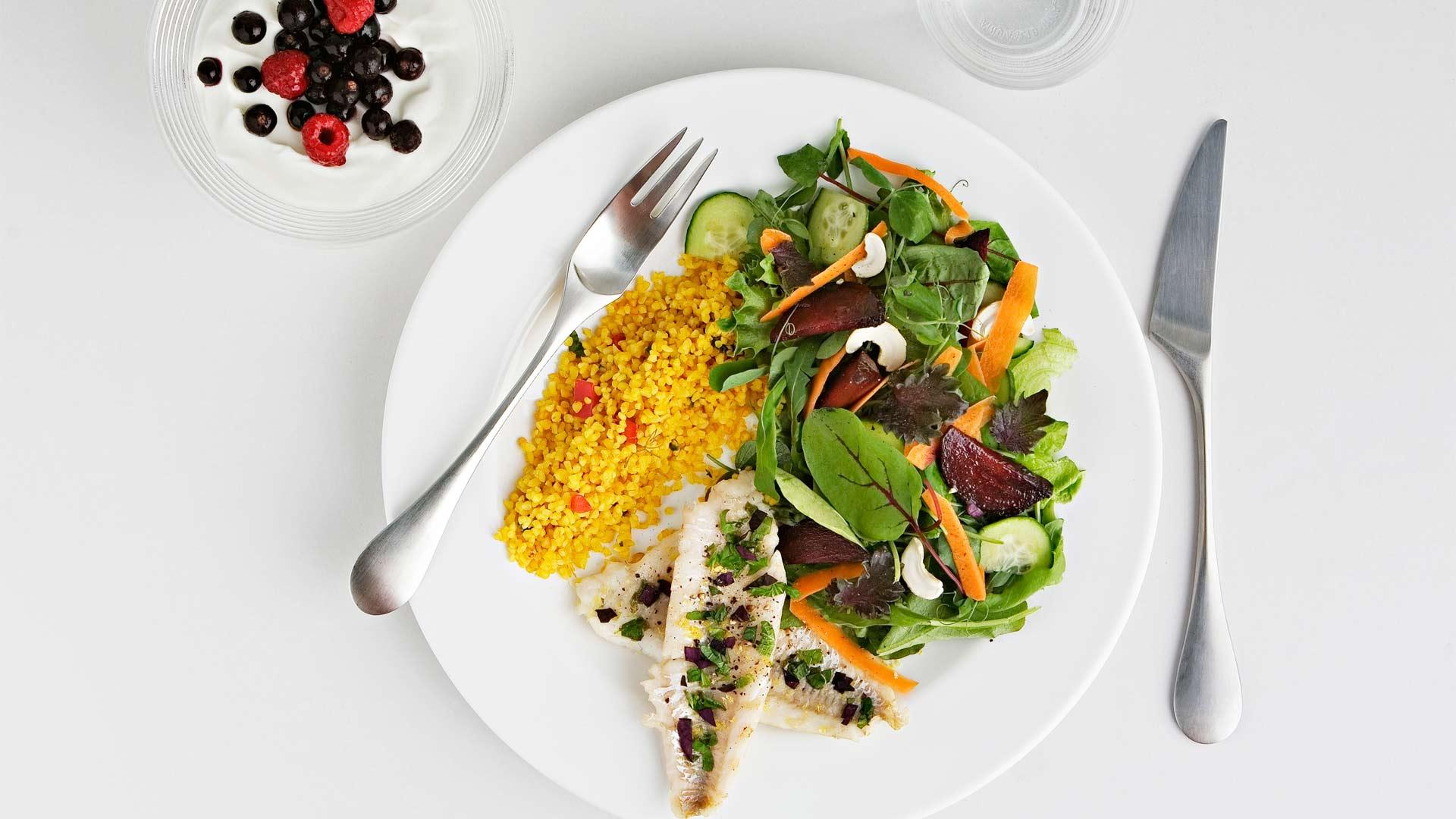 Saat lisäkesalaatista parhaan hyödyn irti, kun syöt sen joko vatsantäytteeksi ennen pääruokaan siirtymistä.