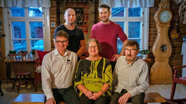 Tommi Tuominen ja Henri Alén (kuvassa takana) ovat pyörittäneet ravintoloita yhdessä jo vuosien ajan. Etualalla juvalaista Kaartisen perhettä, joka paljastaa kokeille läskisoosin salat ohjelmassa Menu Finnjävel