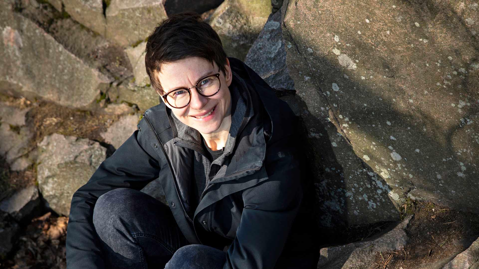 """Milja Sarkolan esikoisromaani kertoo naisesta, jonka ajatukset täyttää raha. """"Romaani käsittelee myös suomenruotsalaiseen ylempään luokkaan liitettyä pihiyttä."""""""