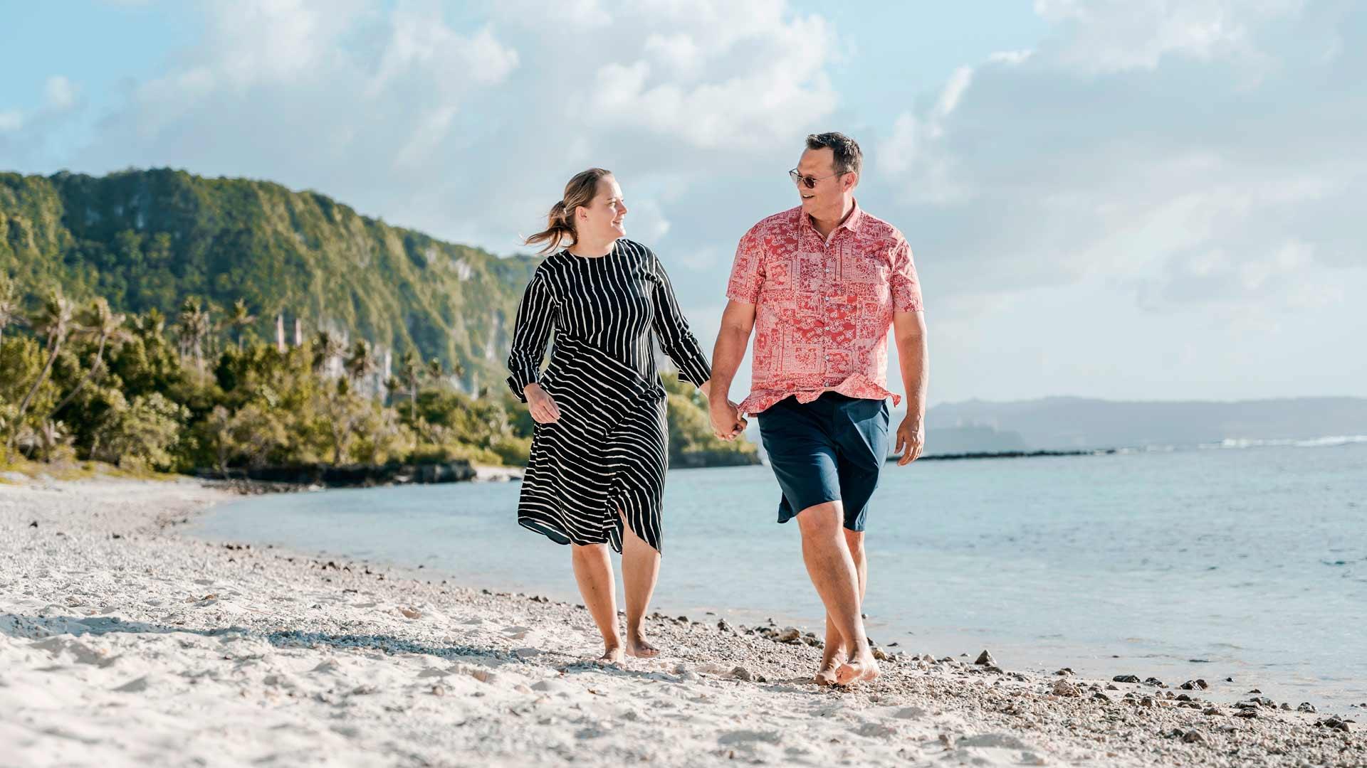 Niina ja Ken Gould harrastavat Guamin saarella rannalla kävelyä, suppailua ja sukeltamista.