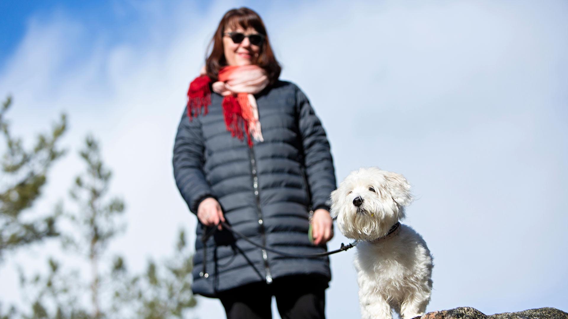 Tuulia Kotiaho sairastui koronaan, Sylvi-koira on jaksanut hoivata emäntäänsä uskollisesti.