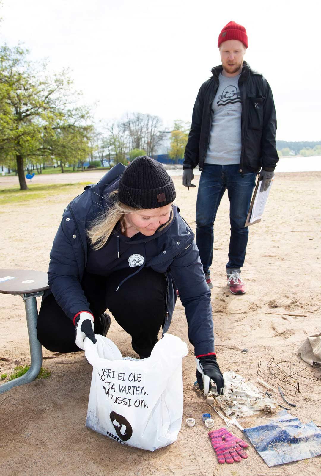 Julia Jännäri ja Atte Lindqvist keräsivät nopeasti Ruissalon rannalta läjän tyypillistä muoviroskaa.