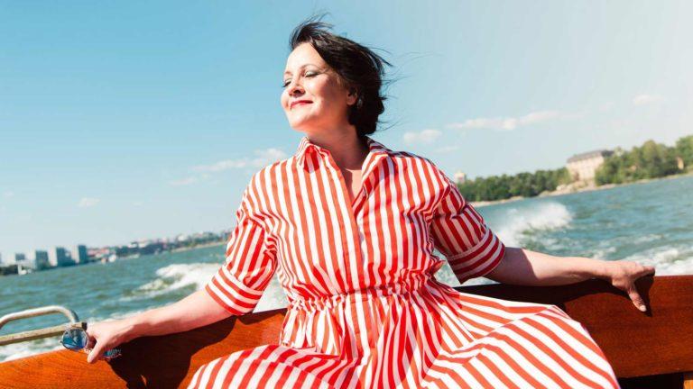 """""""Itämeri on ollut minulle aina tosi merkityksellinen"""", totesi näyttelijä-laulaja Vuokko Hovatta, joka on taiteillut kevään ajan Koronankohottamat -Facebook-ryhmässä."""