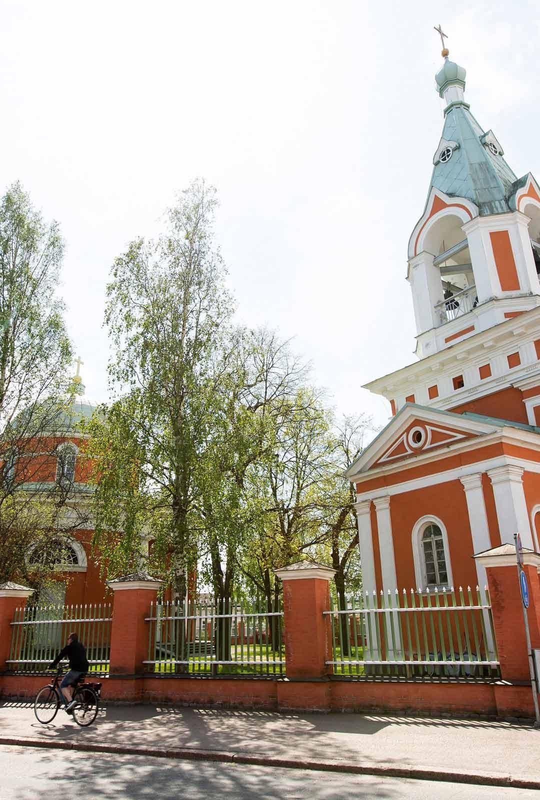 Raatihuoneentorin kupeessa sijaitsevan Haminan ortodoksisen seurakunnan kirkon pyörötemppeli viehättää uusklassisella ja bysanttilaisella ulkomuodollaan. Vuonna 1837 valmistuneen rakennuksen suunnitteli ranskalainen Louis Visconti.
