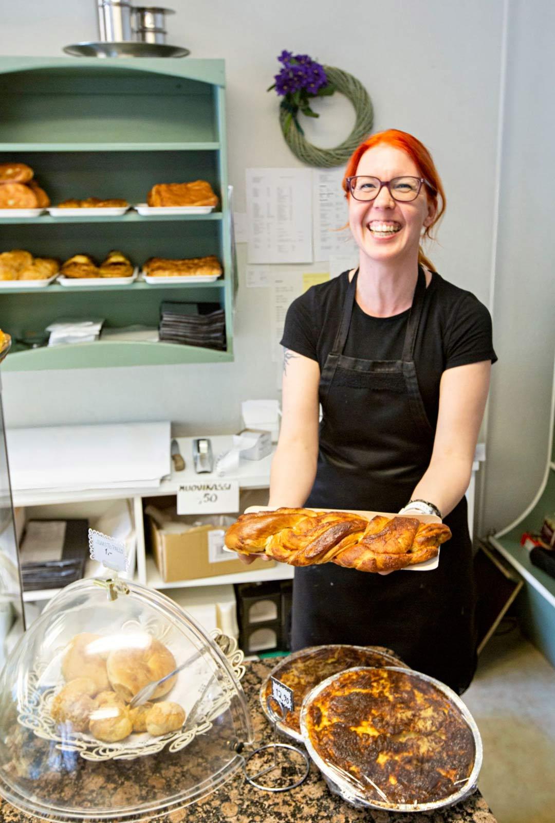 """""""Mantelipitkoa kysytään aina"""", kertoo kahvila-konditoria Huovilan Salla Ahonen."""