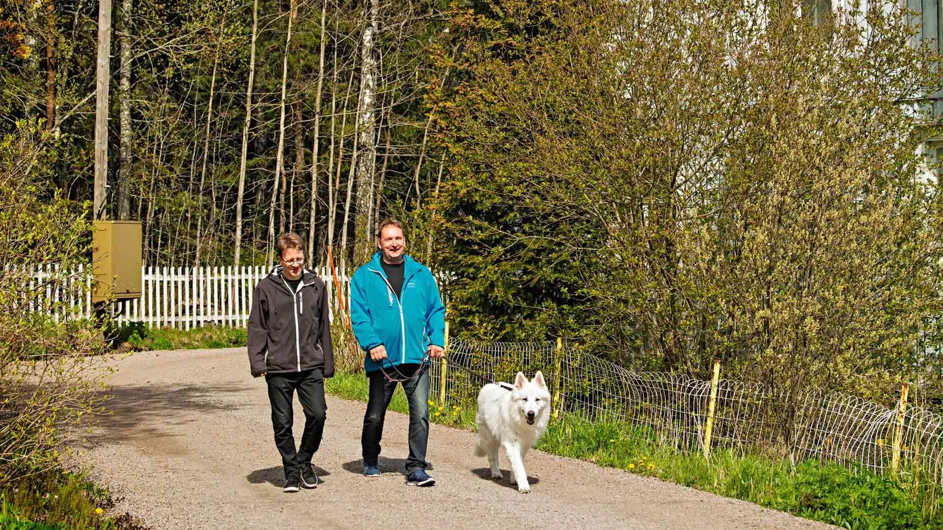 Hiekkainen Eestinkolmion kylänraitti on Janne Oralle ja Kalervo Pellikalle rakasta kävelymaastoa.