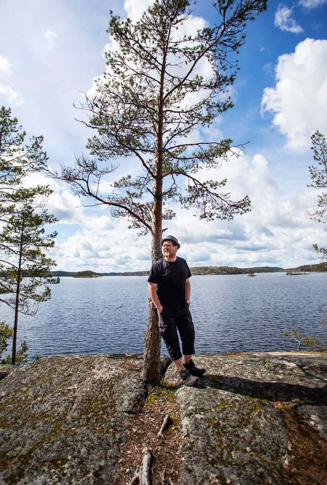 Mahdollisesti jo kivikaudella asutettu kallionkieleke on yksi Ville Haapasalon näköalapaikoista Saimaan rannalla.