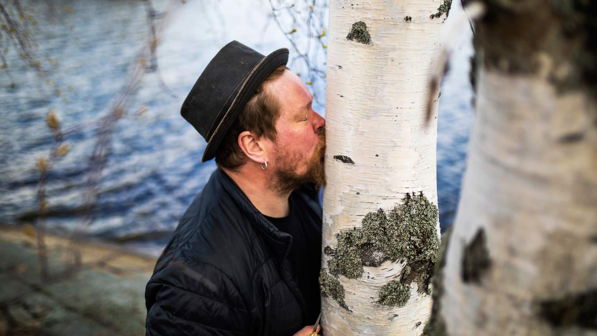 Ville Haapasalo maistaa mahlan makeusastetta suoraan koivun kyljestä.