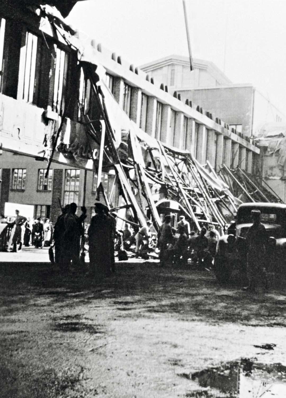 Asemarakennuksen laiturialueen tuhoutuneet osat odottivat päivää myöhemmin korjaamistaan.