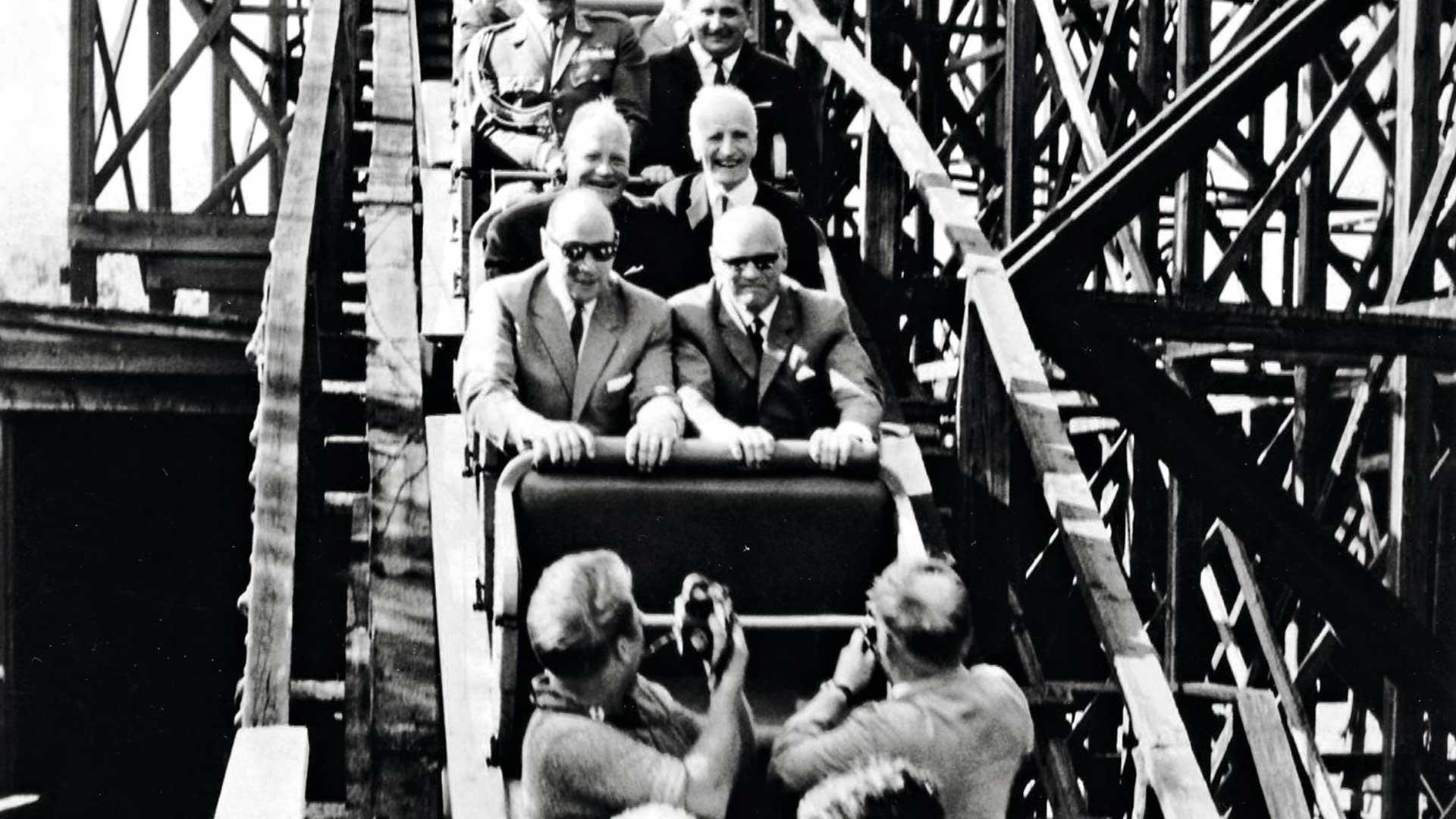 Presidentti Urho Kekkonen meni vastahakoisesti Vuoristorataan, ja sen kyllä näkee. Mukana matkassa olleet kuvaajat saivat nappiotokset kauhistuneesta maan isästä.