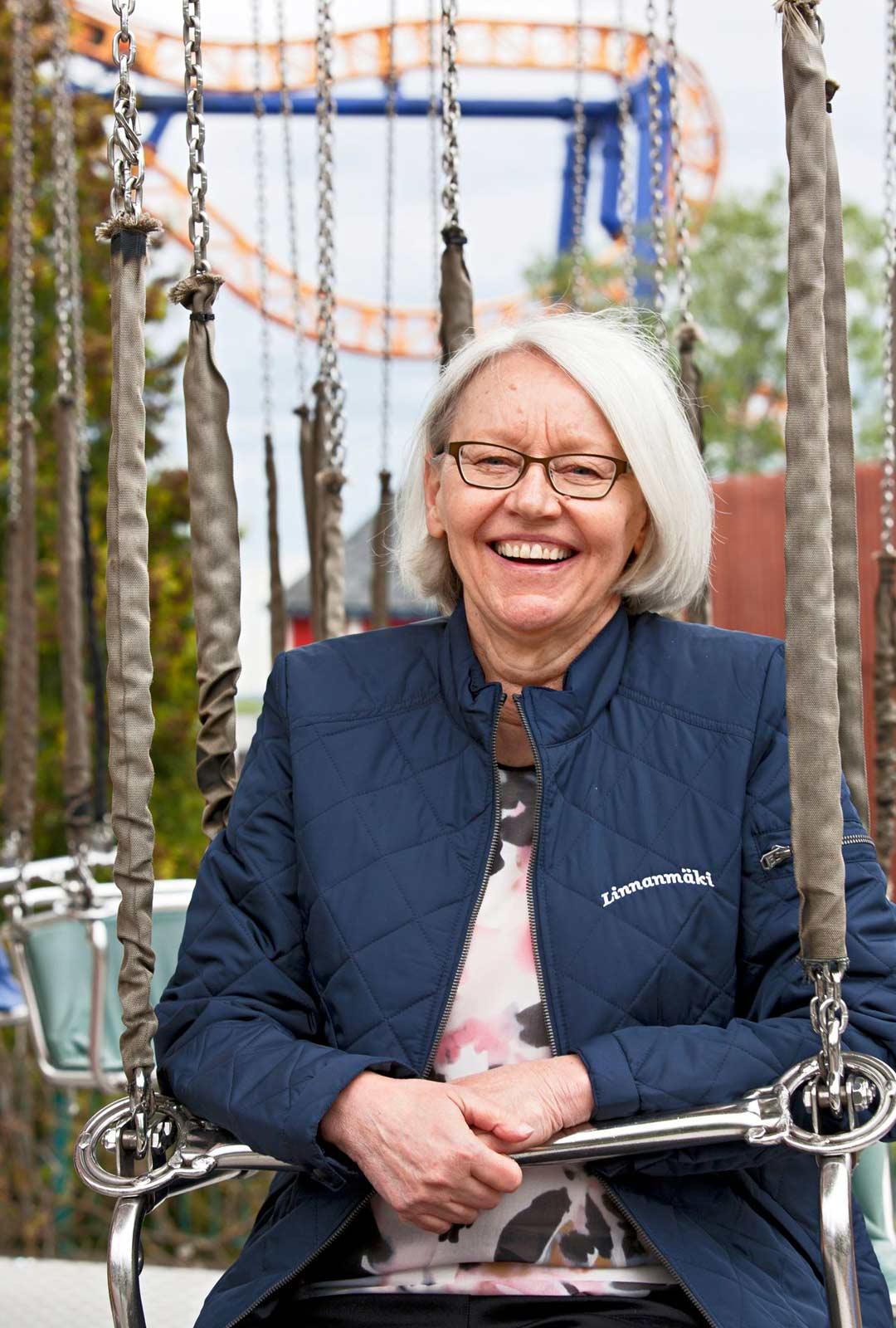 Palvelupäällikkö Merja Penttisellä on Linnanmäeltä yli 40 vuoden kokemus. Nykyään asiakkaat ovat laatutietoisia ja haluavat yksilöllistä palvelua.