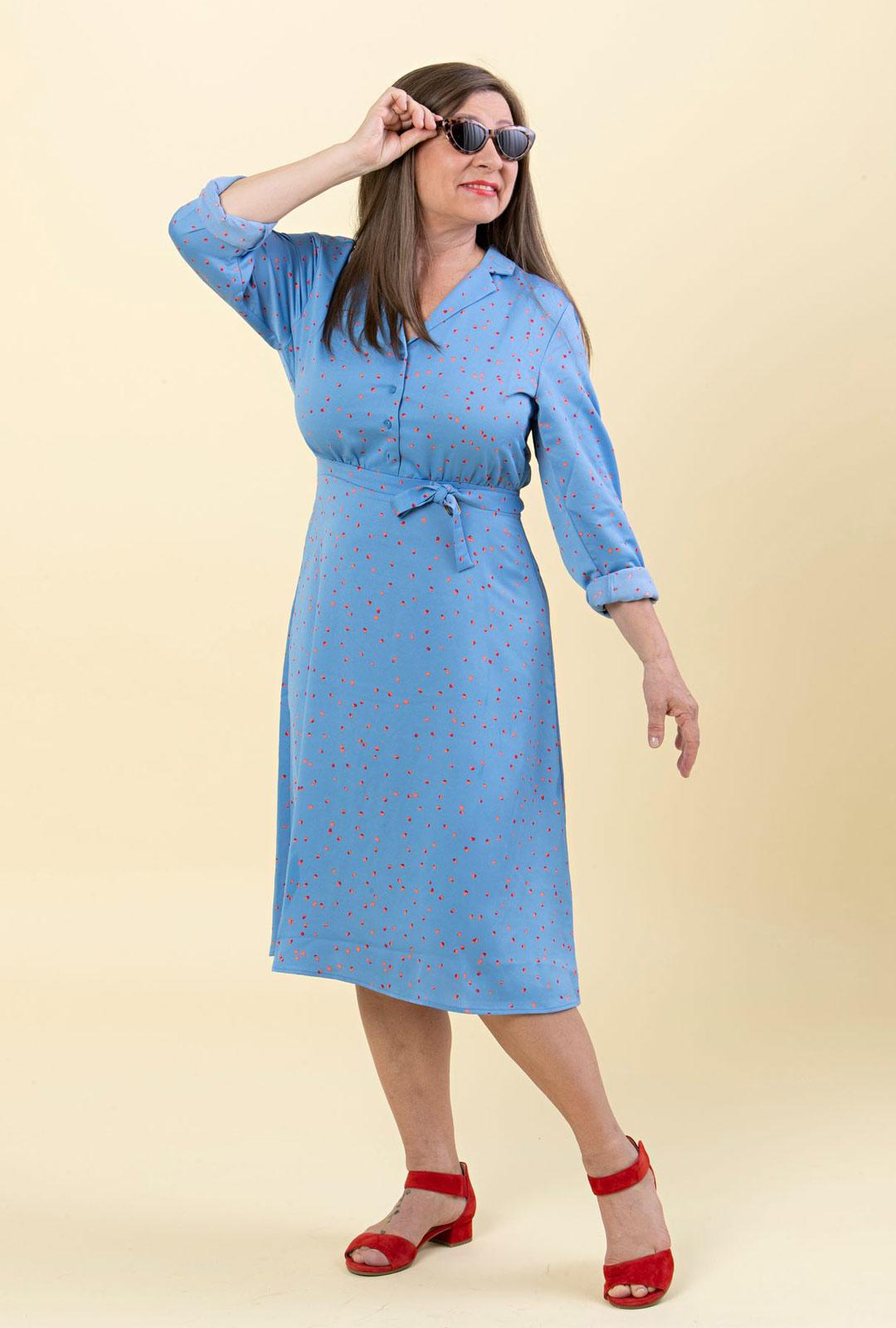 Lomalla vaatteiden pitää olla helppoja ja huolettomia. Paitamekko on juuri sitä. Sen materiaali on rypistymätöntä polyesteria, joka kuivuu pesun jälkeen nopeasti.