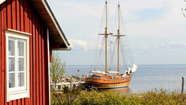 Kaljaasi Ansio miehistöineen purjehtii Maakallaan Kalajoen Rahjan kalasatamasta.