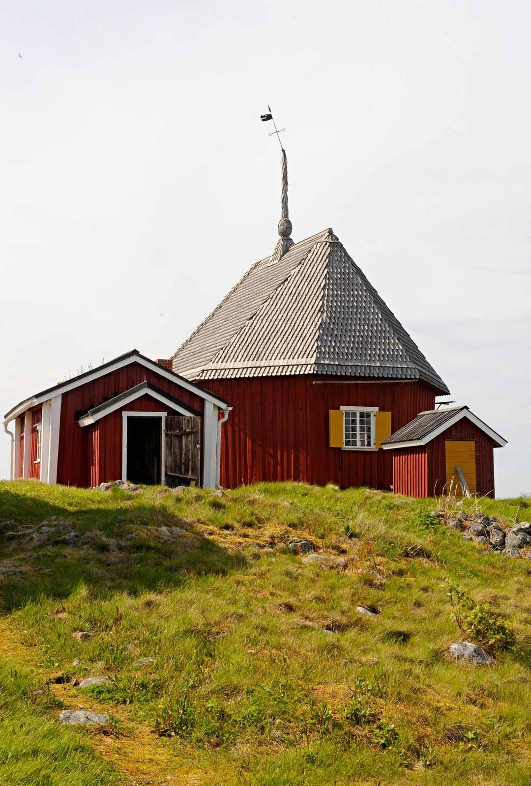 Kirkko kohoaa luodon korkeimmalla kohdalla. Sen kunnosta huolehtivat kalastajat säntillisesti venekuntien aikakaudella.