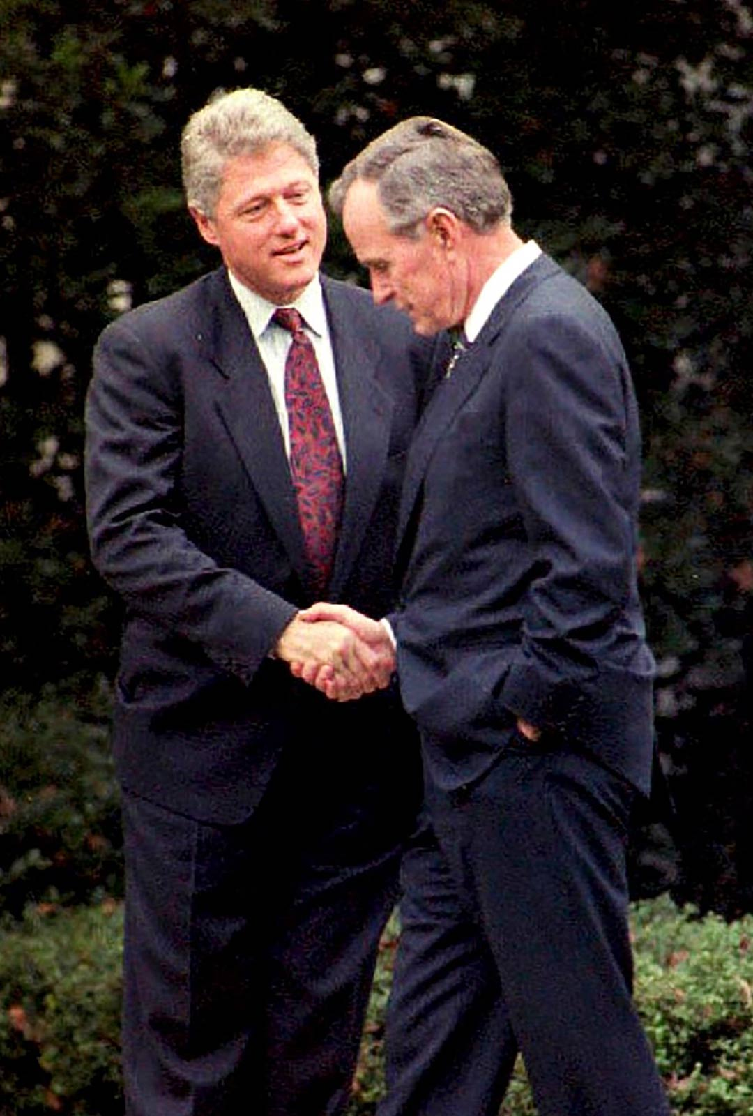 George Bush vanhempi auttoi romahduttamaan Neuvostoliiton ja päätti kylmän sodan, mutta sekään ei auttanut. Bill Clinton nousi takavasemmalta vaalivoittoon.