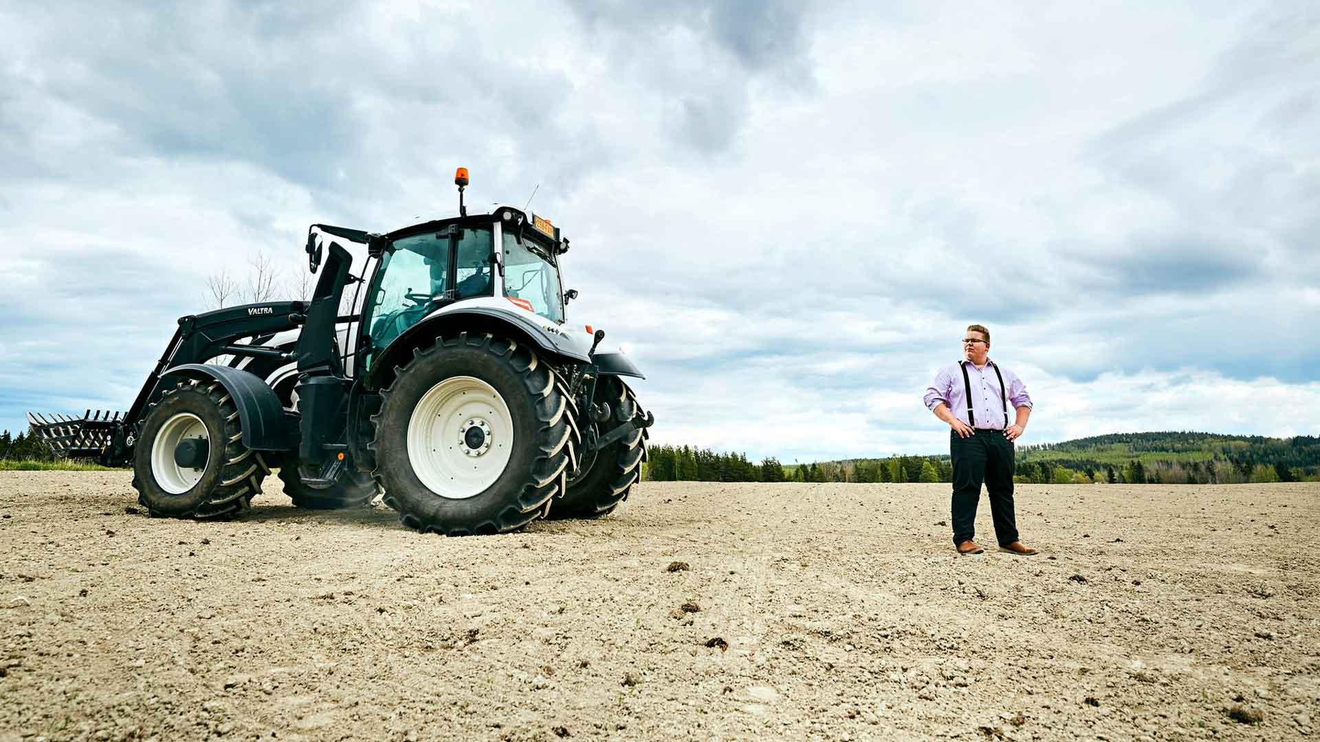 Tangokuninkuudesta haaveileva Henri on tottunut tarttumaan työhön. Koronakeväänä hän paiski töitä traktorilla pelloilla. Haaveissa on kuitenkin saada ammatti laulamisesta.