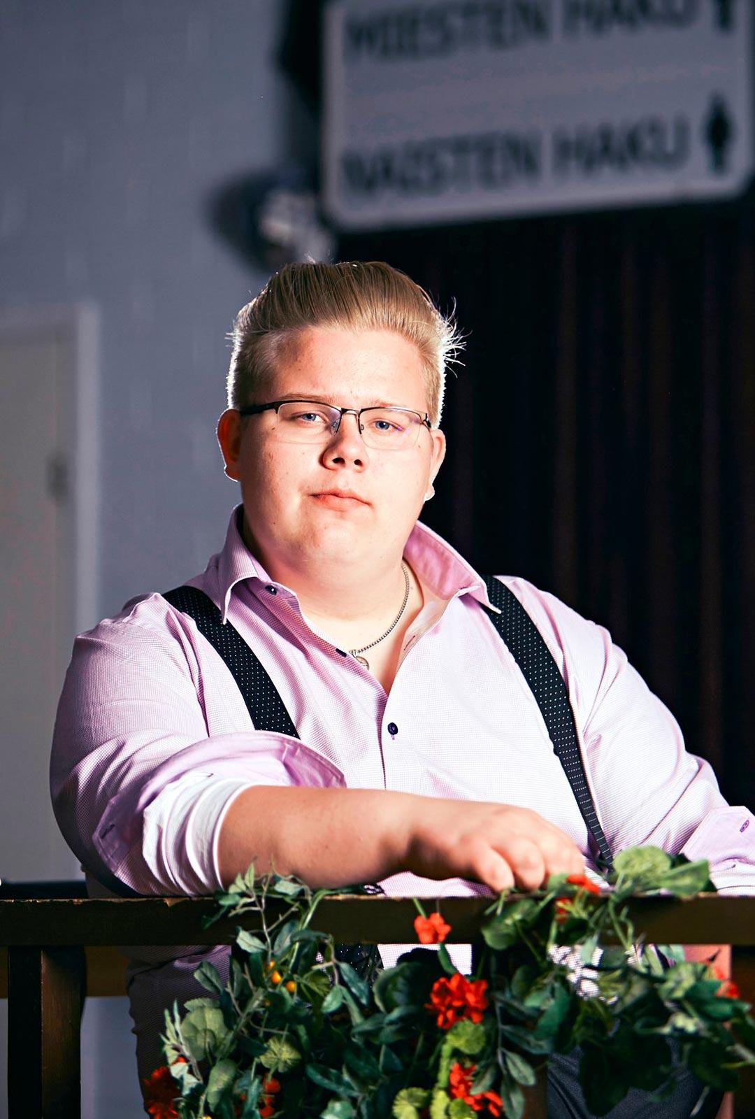 Henri harjoittelee laulamista joka viikko kotinsa lähellä sijaitsevassa Häijään Tanssikrouvissa, jonka tanssit ovat tällä hetkellä kesätauolla.