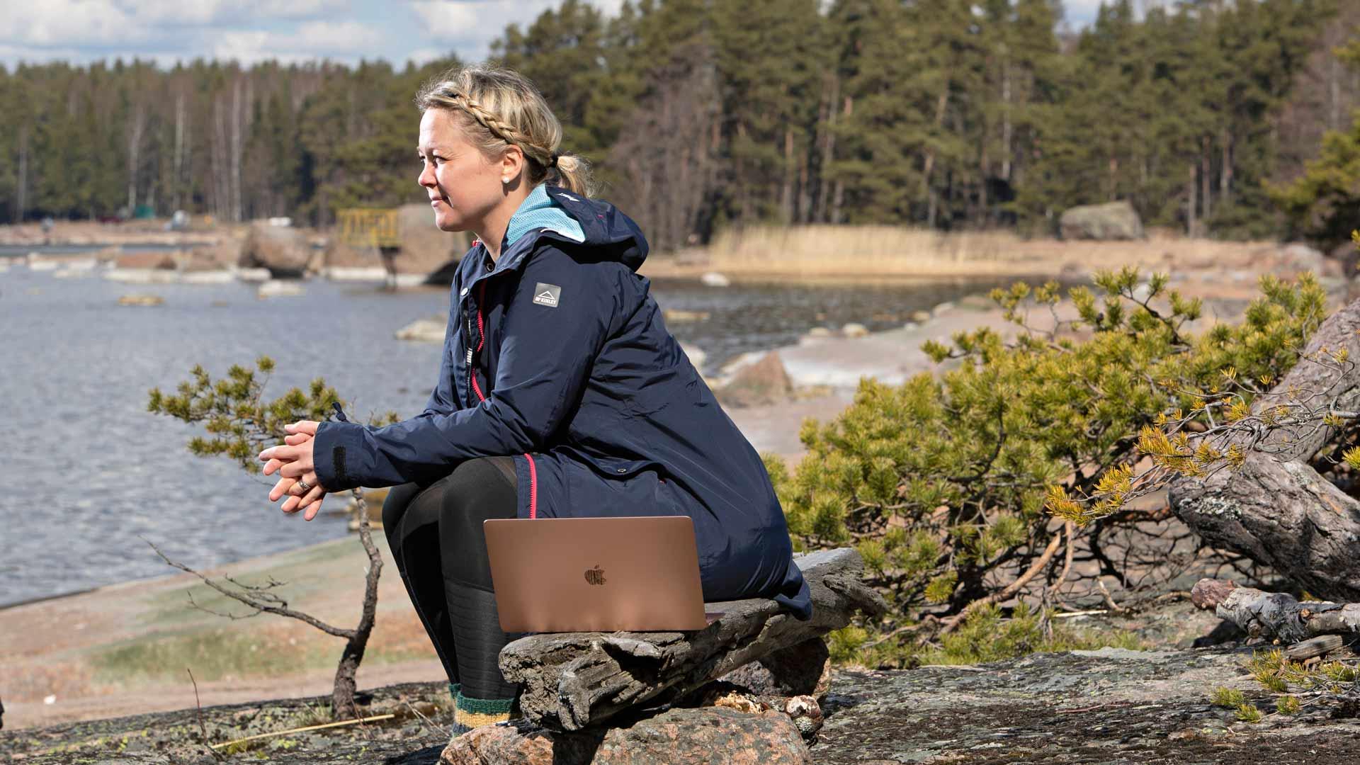 Toimittaja Anneli Juutilainen vetäytyi perheensä kanssa koronavirukselta suojaan kesämökille. Kahden kuukauden vapaaehtoinen eristäytyminen oli unohtumaton ajanjakso.