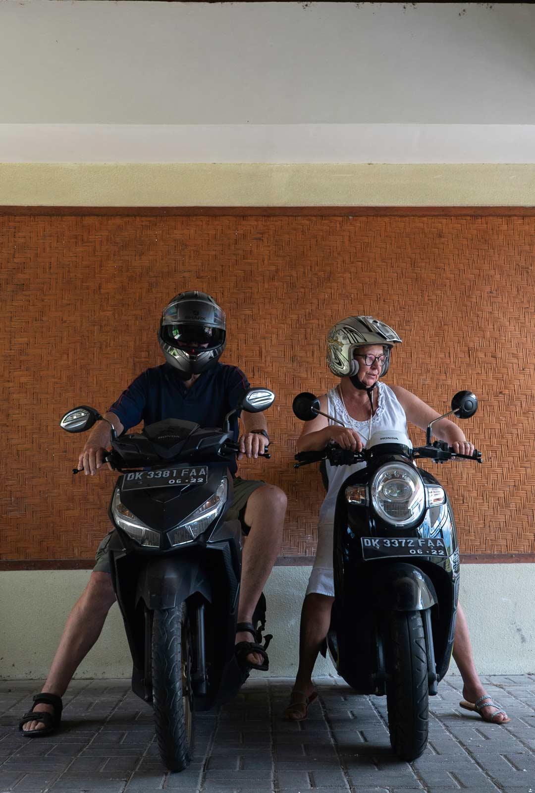 """Marianne opetteli Balilla ajamaan skootterilla. """"Kun ajan skootterilla pitkin riisipeltojen reunustamia teitä, nautin lämmöstä ja elämästä."""""""