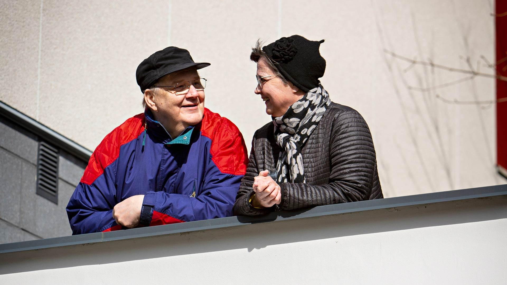 """Marja-Leena ja Jouko tuottavat Päijät-Hämeen Muistiyhdistyksen Facebook-sivulle päivittäin vlogia. """"Se pitää hyvin kiinni tässä päivässä."""""""
