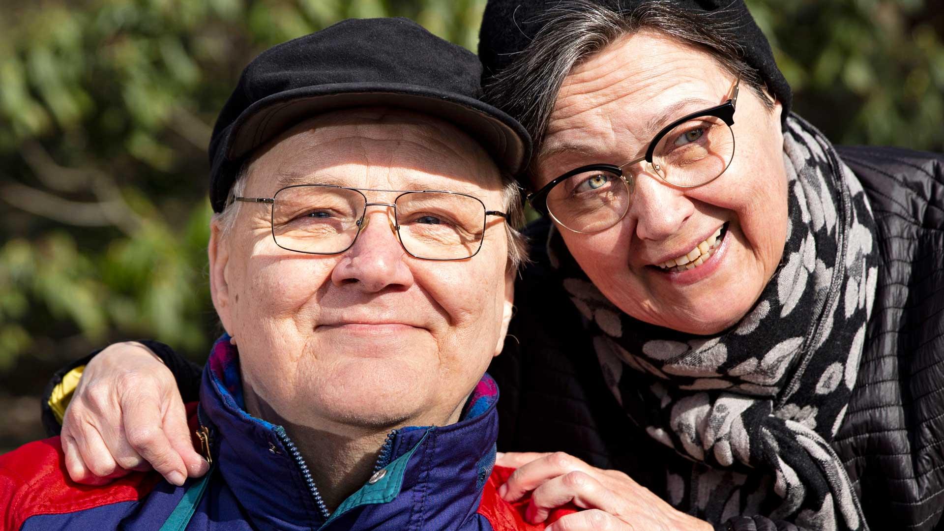 """Marja-Leena ja Jouko Alhon liitto on kestänyt yli 40 vuotta. """"Hän on hoivaviettinen ja minä yritän tehdä parhaani mukaan oman osuuteni"""", sanoo Jouko."""