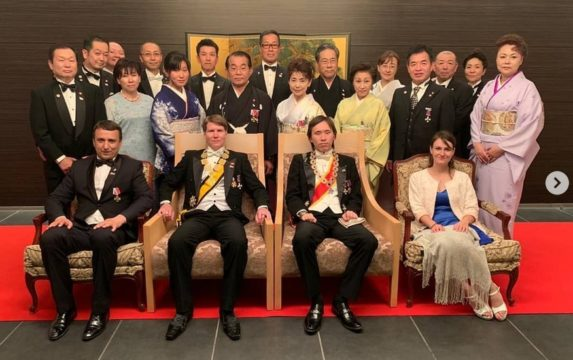 1hd Music Television -kanavan johtaja Pavel Yakos (vas) pääsi vierailullaan istumaan prinssien viereen.