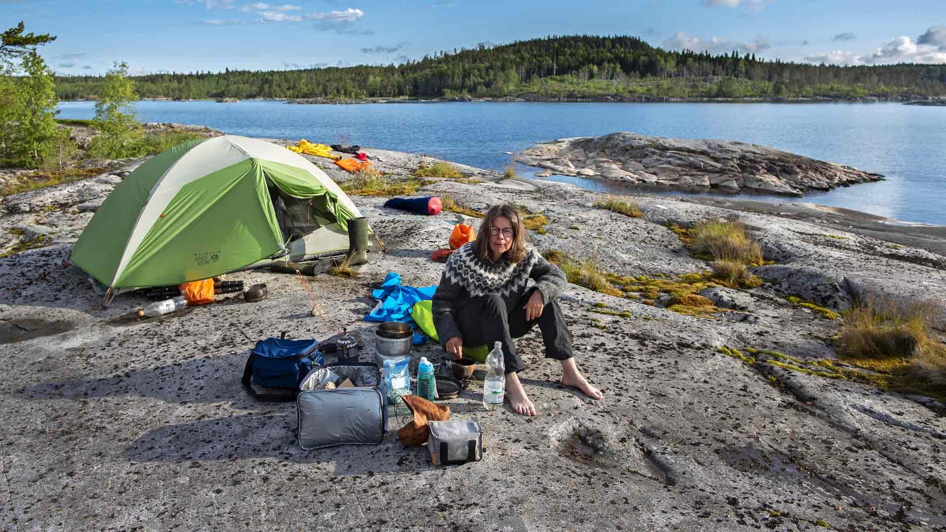 Karjalassa ja Laatokalla retkeillessään Mari on oppinut ymmärtämään siirtolaisten surua, kun he ovat joutuneet jättämään kotinsa monimuotoisen luonnon keskellä.