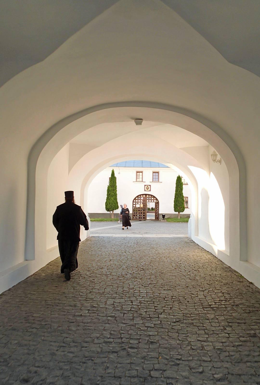 Valamon pitkä historia on vaiheikas. Osa luostarin irtaimistostakin on muualla: yläkirkon alttaripöytä on Uspenskin katedraalissa.