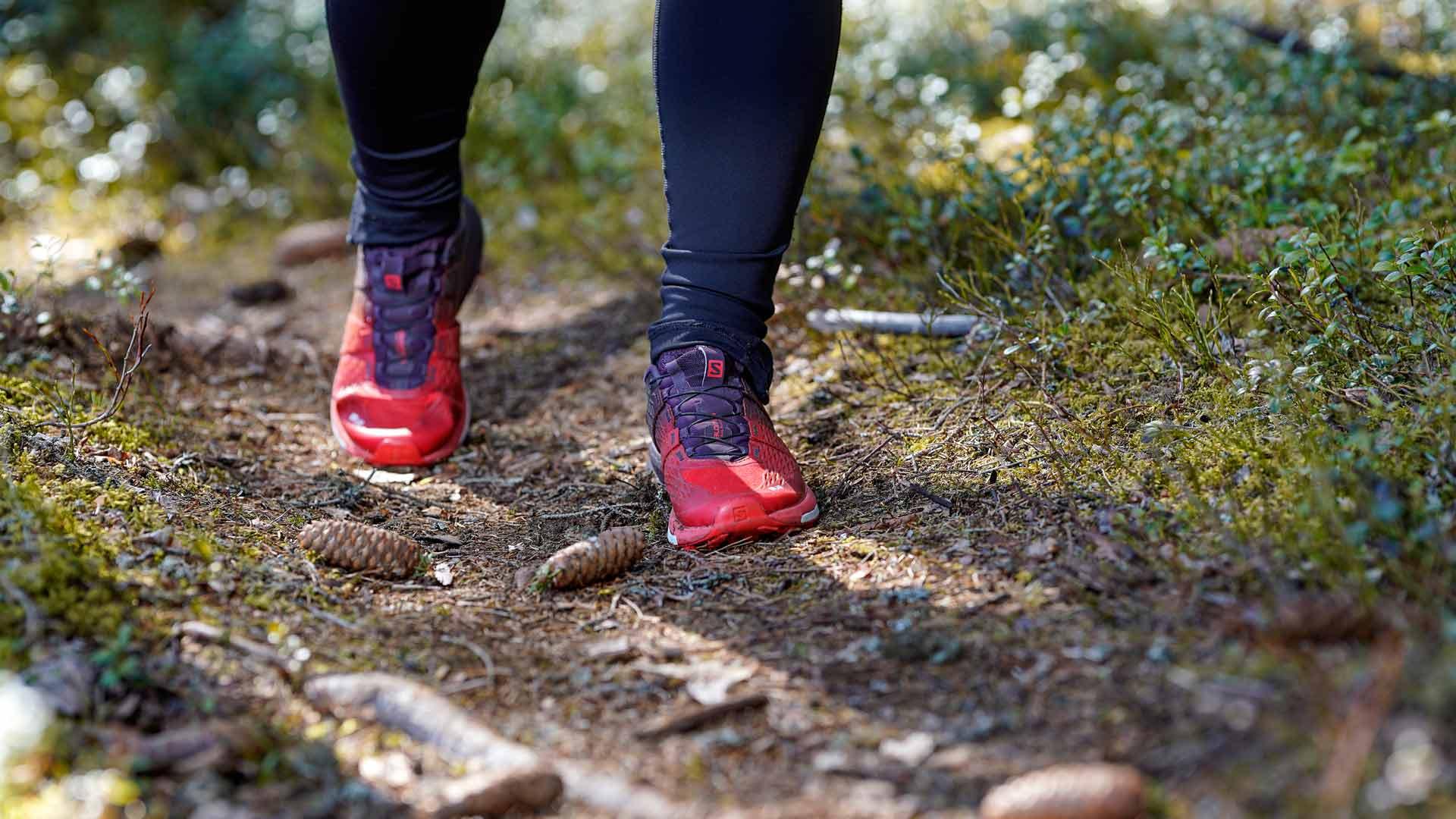 Polkujuoksu on Miran intohimo. Metsässä voi treenata monipuolisesti omaa kehonpainoa hyväksikäyttäen.