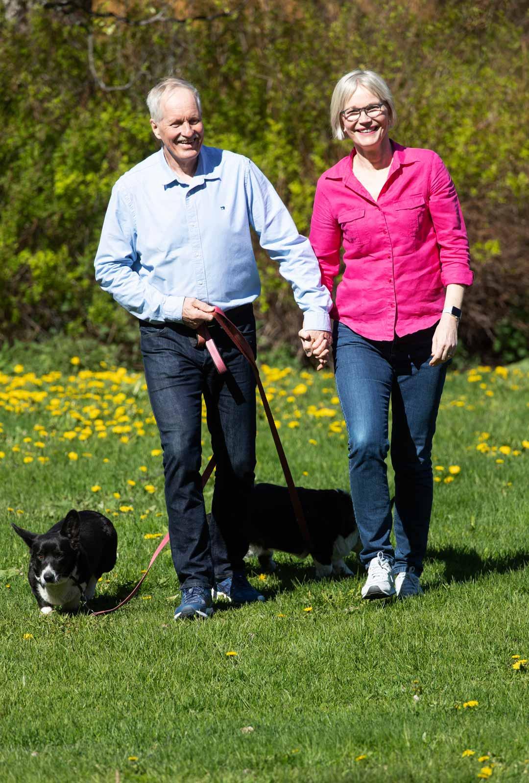 """""""Ihmisen suurin lahja on toinen ihminen"""", sanoo Jorma. Jorman koirat Malla ja Valpu kulkevat usein mukana pariskunnan lenkeillä."""