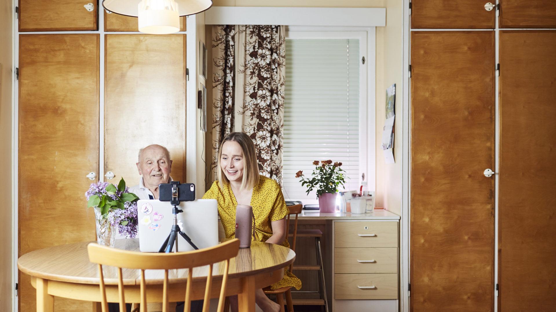 Lotta ja pappa eli Lotta-Sofia ja Jorma Saahko lauloivat itsensä ihmisten sydämiin kertaheitolla. Isoisän ja lapsenlapsen yhteistyö on poikimassa myös kirjan, joka ilmestyy marraskuussa.