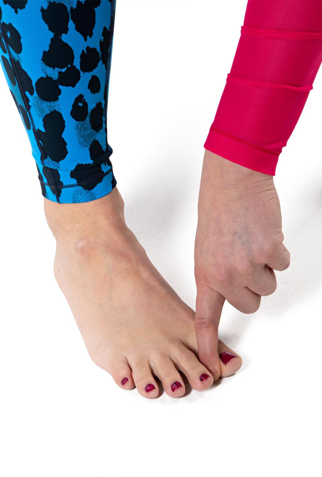 Paina isovarvasta sivulle sormea vasten, vastusta varvasta sormella.
