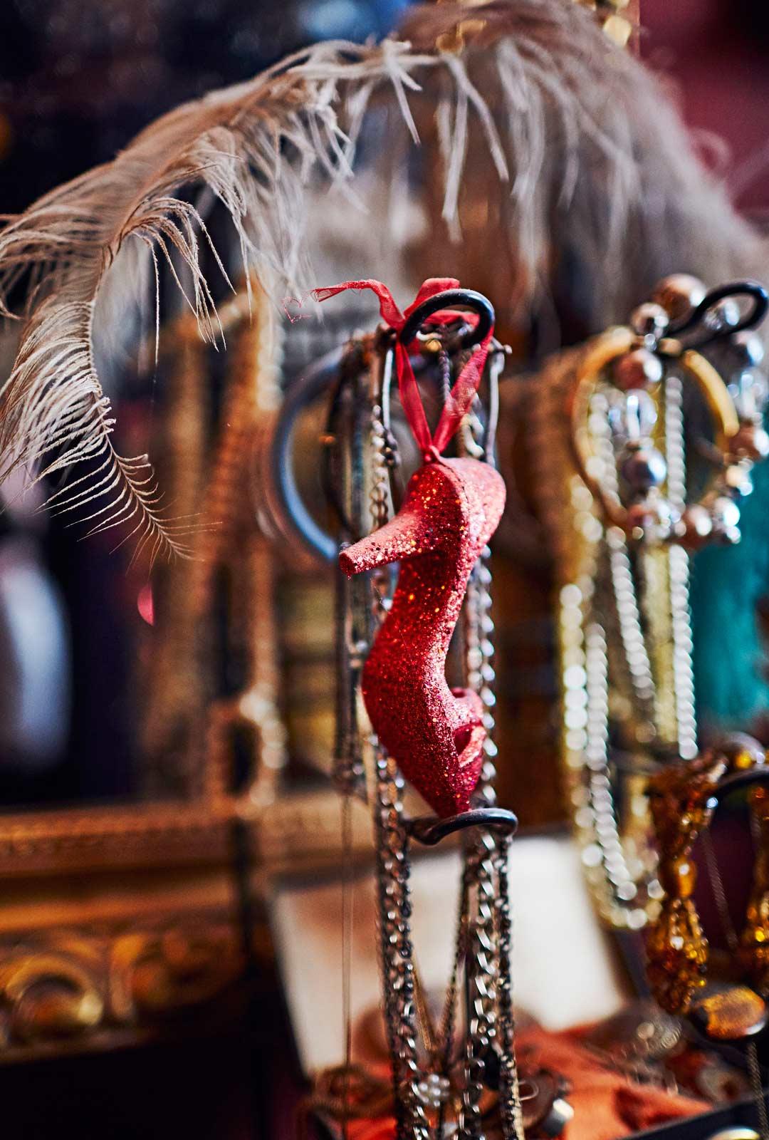 Buduaarissa on nostalgista vintagetavaraa, sulkia ja naisellisia koruja.