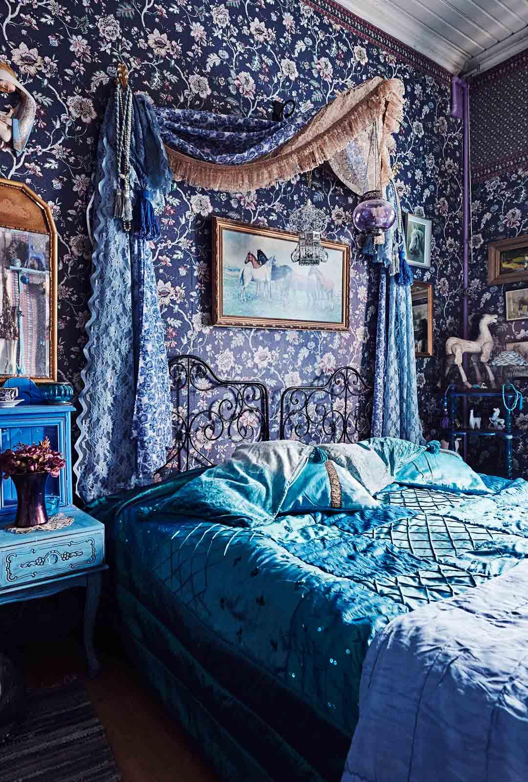 Prinsessamainen vierashuone loistaa sinisenä.