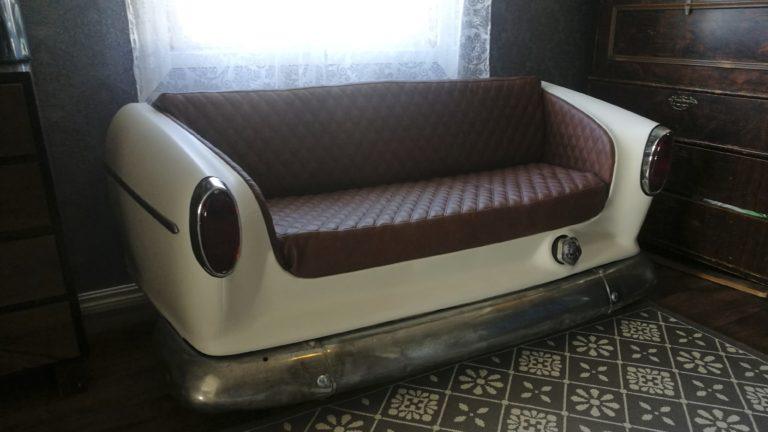 Ruostunut 60-luvun Volvo Amazon syntyi uudelleen autoharrastaja Esa-Pekka Pohjolan ja tämän ompelevan anopin käsissä upeaksi sohvaksi.