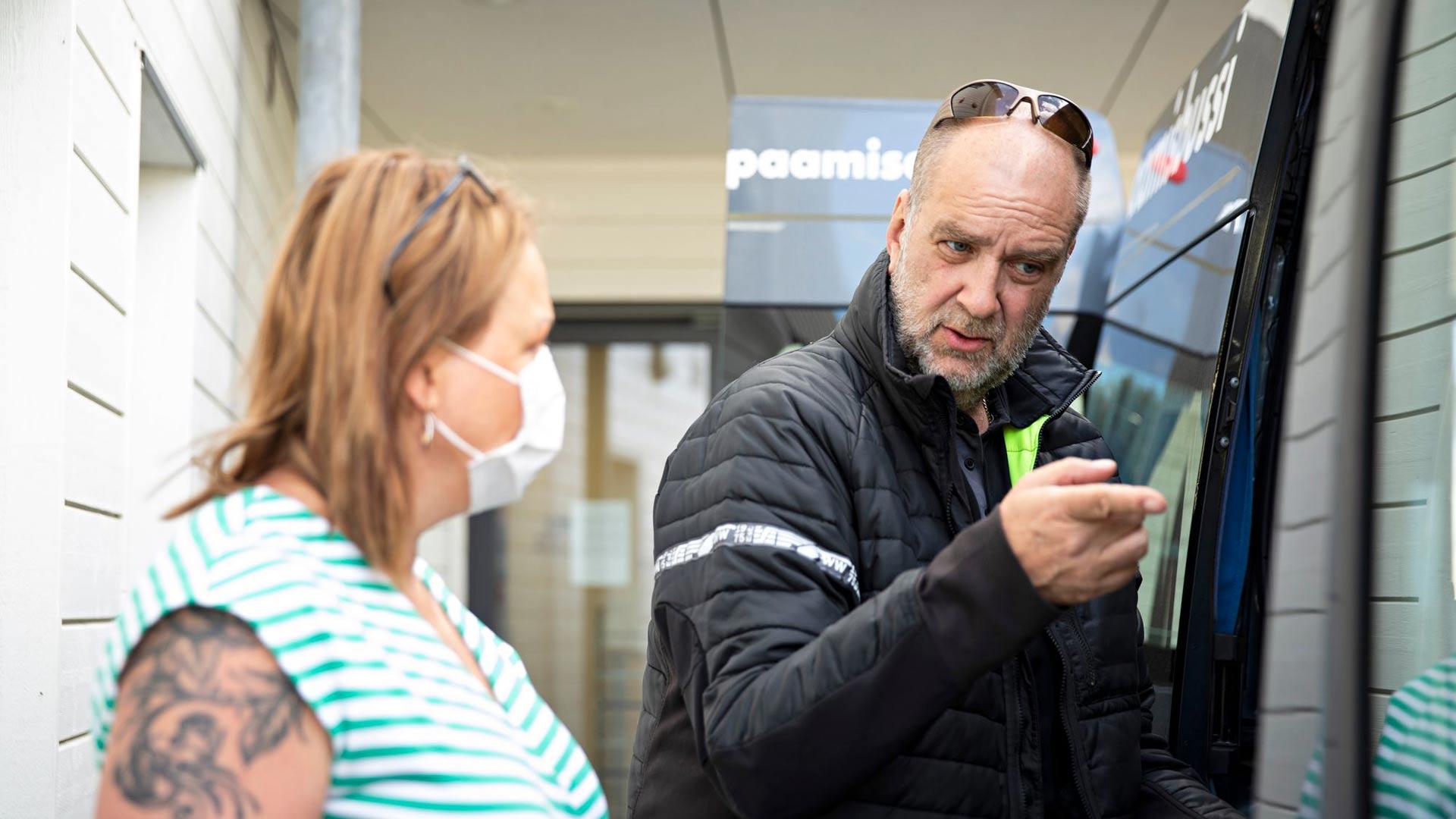 Tapaamisbussin emännällä Sari Lahtisella on alkamassa ensimmäinen työpäivä. Lahtinen ja yrittäjä Jari-Pekka Lehtinen käyvät ennen tapaamisia läpi päivän kulkua.