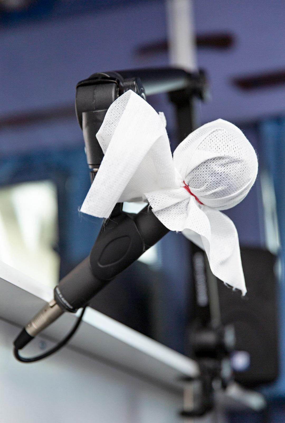 Mikrofoni ja istuimet on suojattu bussissa paperilla, jotka vaihdetaan jokaisen kohtaamisen välissä.