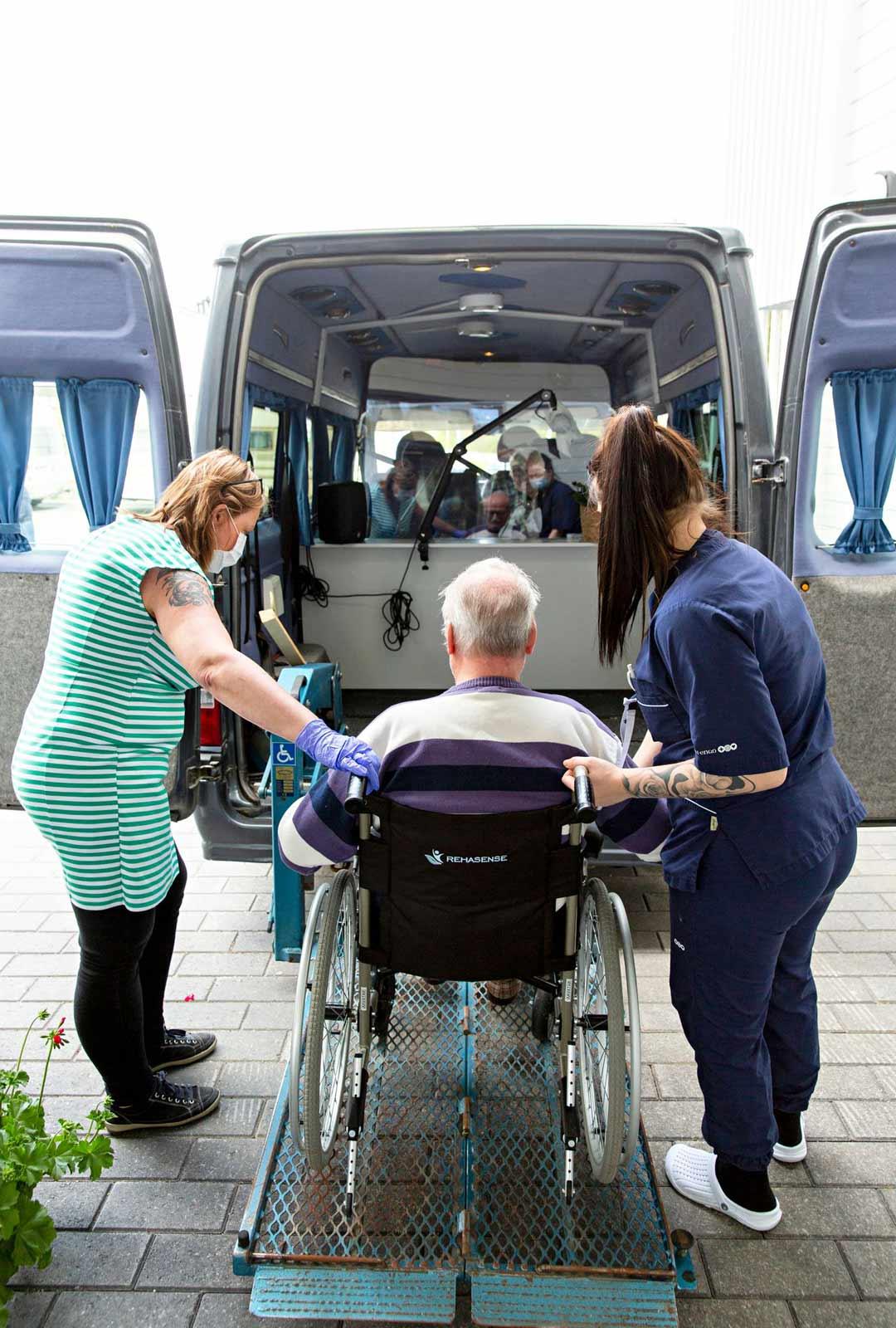 Turvallisuus on huomioitu tapaamisbussisa monella tavalla. Tapaajat tulevat sisään bussiin eri ovista, asukas aina pyörätuolissa avustajan saattamana ja läheinen sivuovesta. Turvallisuuden takaamiseksi bussiin on asennettu niin hissi, väliseinä ja ilmastointi.