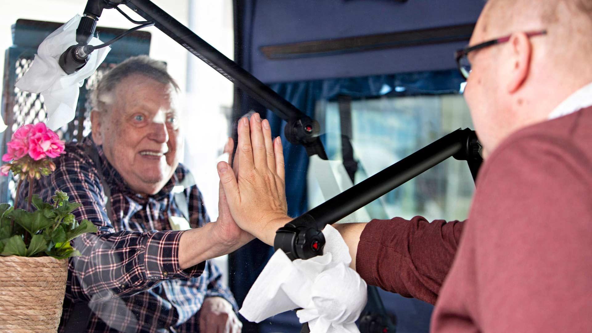 Reijo Koskinen pääsi näkemään poikansa Jari Koskisen, mikä liikutti kumpaakin miestä paljon. Tapaamisbussi on uusi keksintö ikäihmisille.